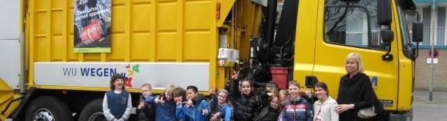 Kraanwagen van RWM, met schoolklas